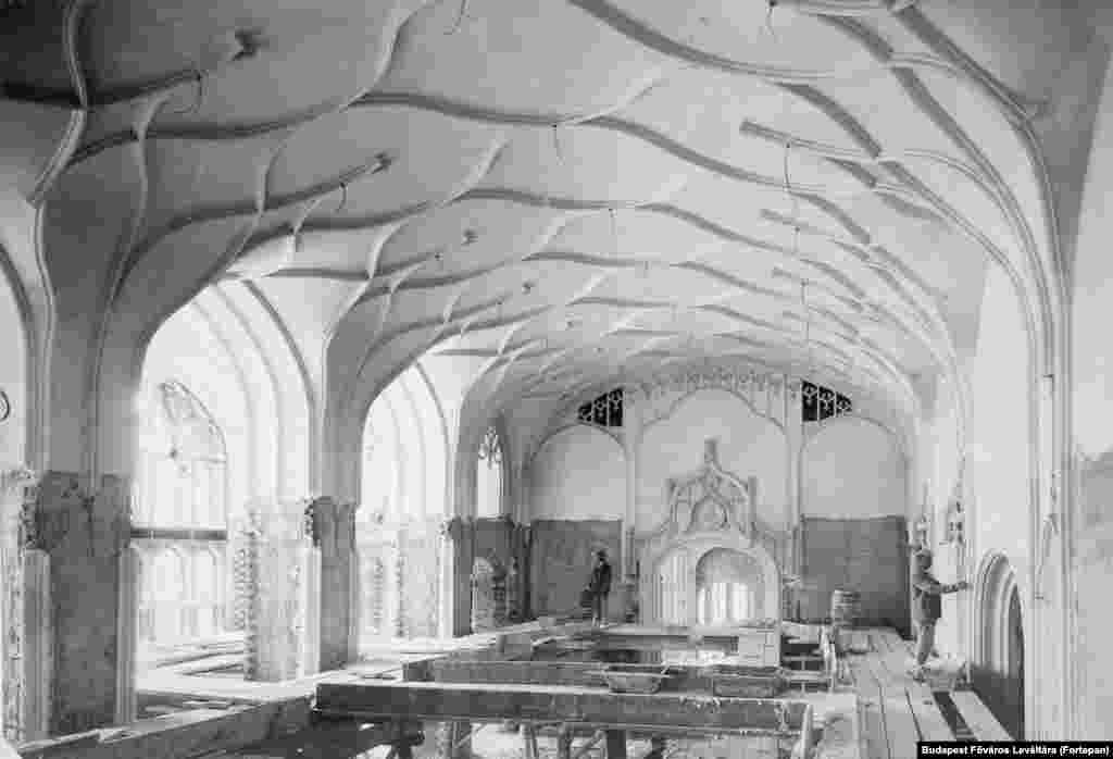 1903: Workers inside another hall of the same ministry. The building was heavily damaged during WWII and rebuilt on a smaller scale with simpler decor.