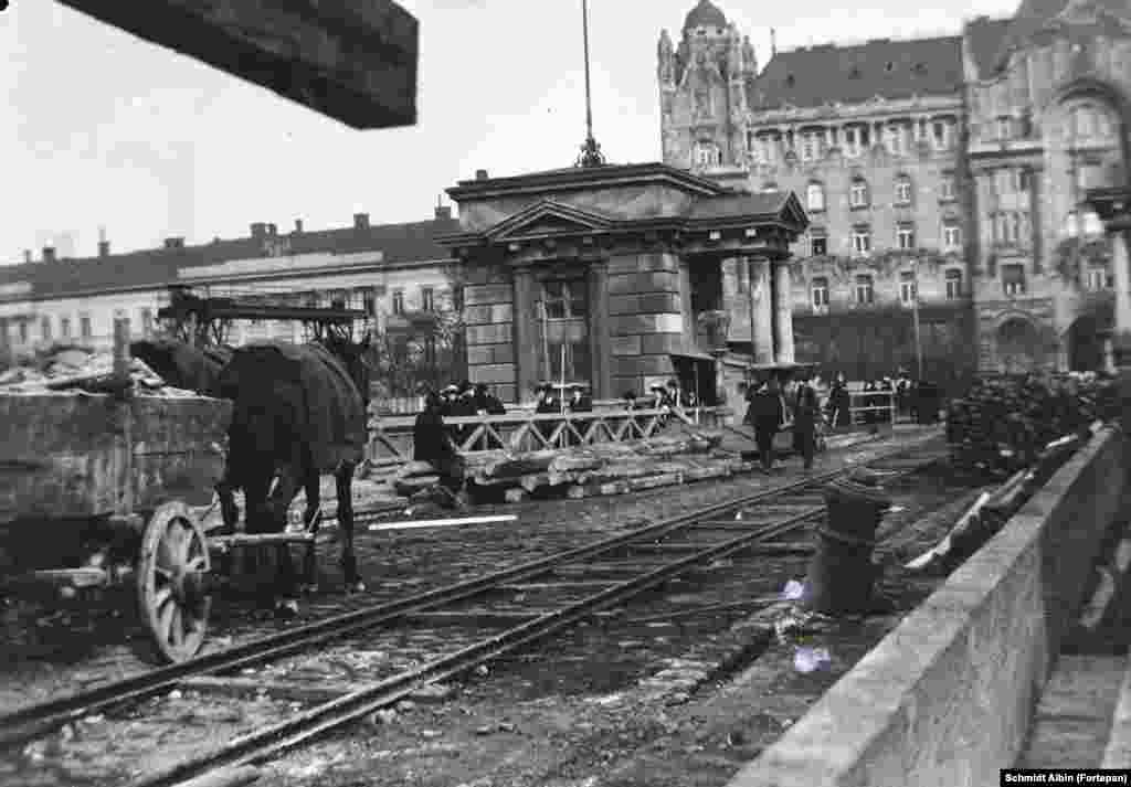 1914: Work under way on the Szechenyi Chain Bridge. In background is the Art Nouveau-style Gresham Palace, which today houses one of Budapest's glitziest hotels.