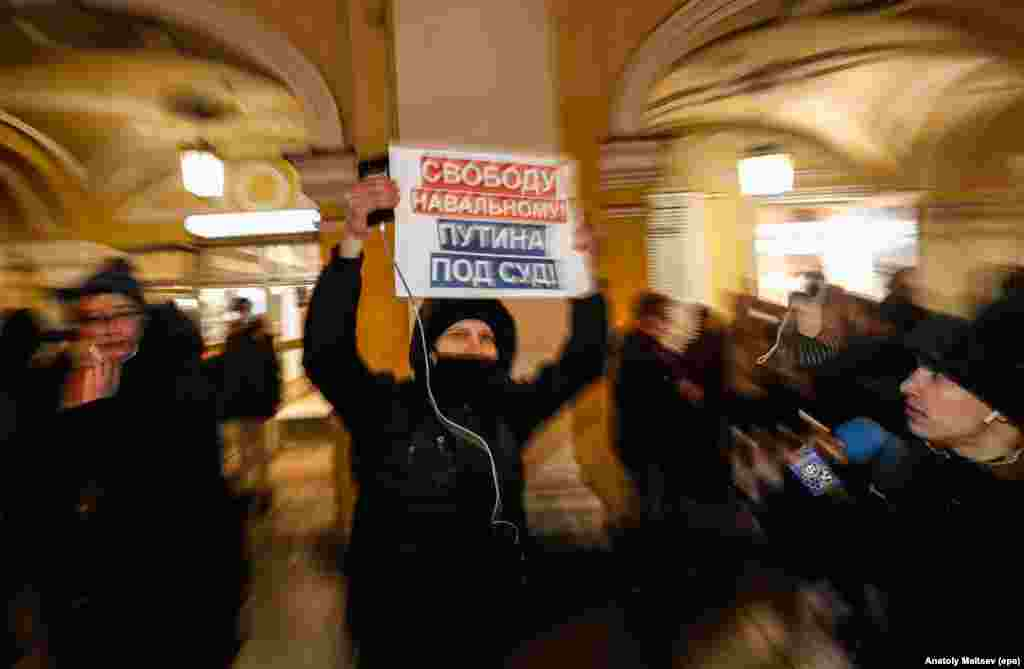 "St. Petersburg: ""Freedom for Navalny! Putin to court!"""