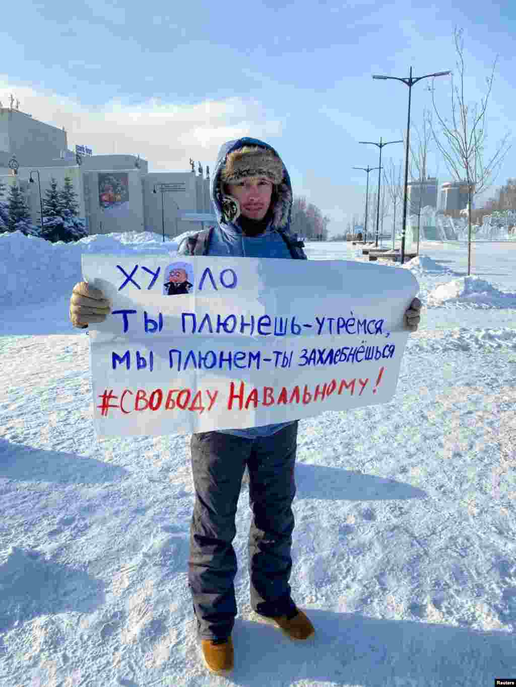 """Izhevsk: """"(Putin), you spit, we wipe it off. We spit and you will drown. Freedom for Navalny!"""""""